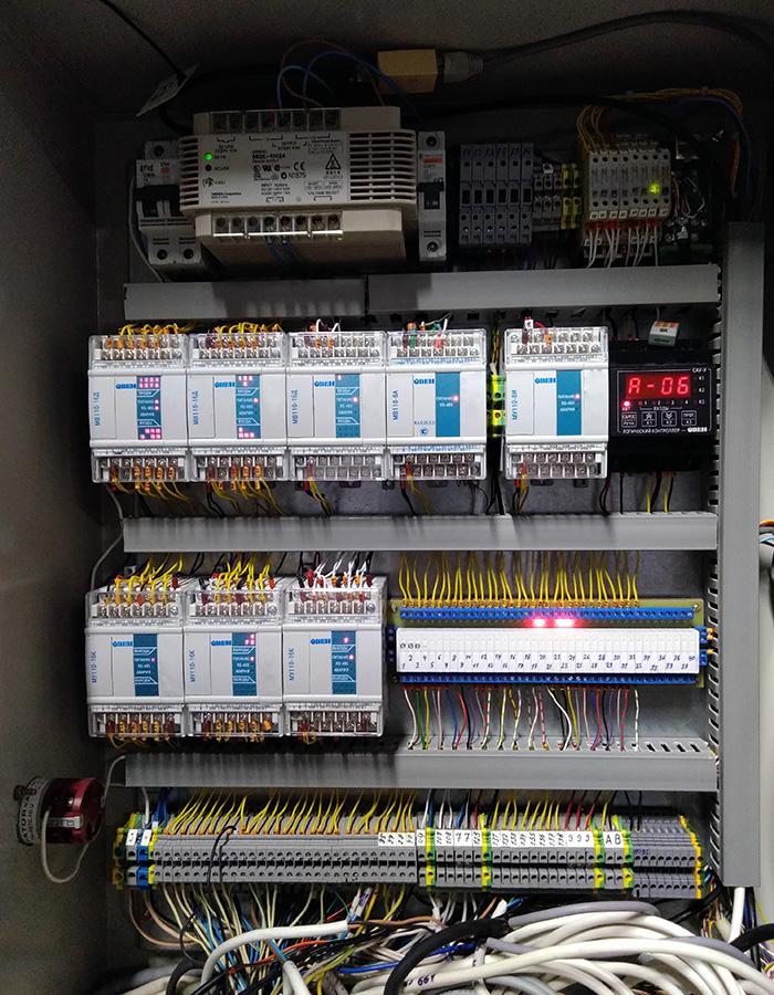 Автоматизированная система управления буферными емкостями осмотической воды - щит автоматики внутренний вид
